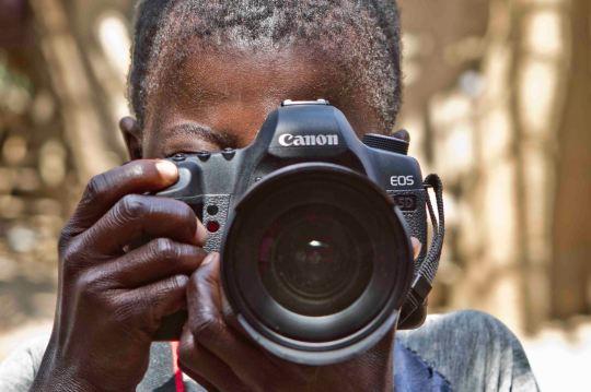 Alumno del taller de fotografía impartido por Cineastas en Acción.