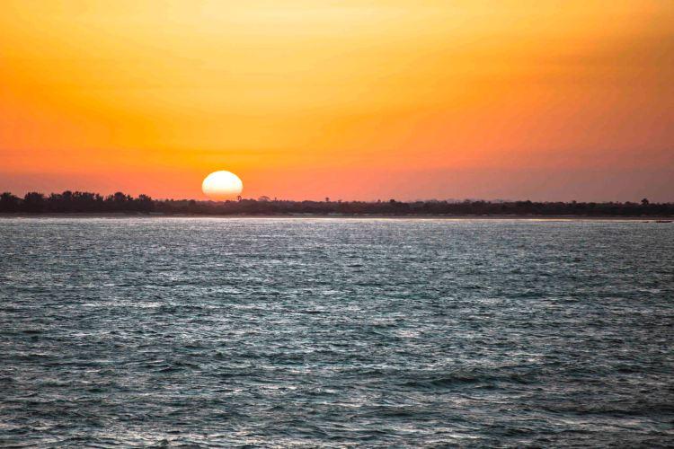 Amanecer desde el Ferry Aline Sitoe Diatta